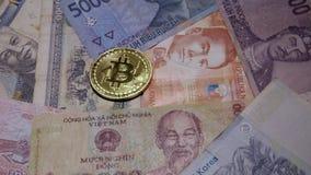 Handen sätter Bitcoin på olika asiatiska sedlar Internationell valuta av Asien Digital valuta och traditionell kassa lager videofilmer