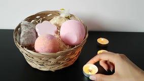 Handen sätter stearinljuset på tabellen bredvid den vide- asken Förbereda sig för ett romantiskt datum