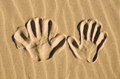 handen skrivar ut sanden royaltyfri foto