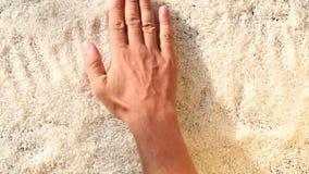handen slätar ordet FÖRÄLSKELSE lager videofilmer