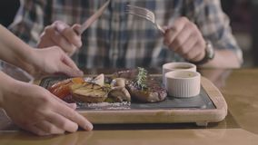 Handen slechts: mens in grillrestaurant het wachten lapje vlees