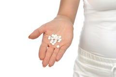 Handen som är hållande på öppet, gömma i handflatan medicin för smärtstillande medelpreventivpillerminnestavlor Arkivbilder