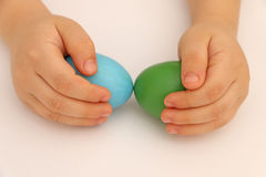 Handen som rymmer behandla som ett barn lite, ägg Arkivbild