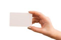 Handen som rymmer ett affärskort Fotografering för Bildbyråer