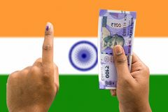 Handen som rymmer pengar och, röstar ett begrepp av politisk korruption som köpet av röstar i val på isolerad bakgrund royaltyfria foton