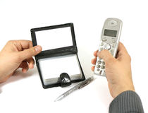 handen som rymmer telefonen och ett affärskort Arkivfoto