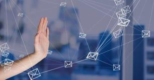 Handen som var öppen med meddelandet för emailen 3D, förband symboler Royaltyfria Foton