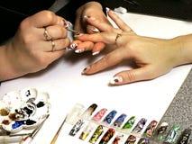 handen spikar målade s-kvinnor Arkivbild