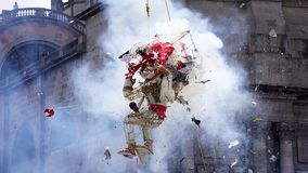 Handen tillverkade brinnande gamala mannen och demonen exploderar Arkivbild