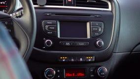 Handen trycker p? en upphettad Seat h?g knapp p? en instrumentbr?da i en bil stock video