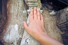 Handen trycker på forntida väggar Arkivbilder