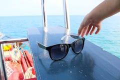 Handen valde upp exponeringsglasen på fartyget Royaltyfria Bilder