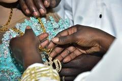 Handen van Afrikaanse mensen met een gouden ketting Royalty-vrije Stock Fotografie