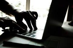handen van anonieme hakkers die code inzake toetsenbord van laptop typen voor Royalty-vrije Stock Afbeeldingen