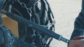 Handen van arbeider die de gehechtheid van tractor plaatsen stock videobeelden