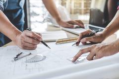 Handen van architect of ingenieur die aan blauwdrukvergadering werken voor project het werken met partner aan modelbouw en techni stock foto's