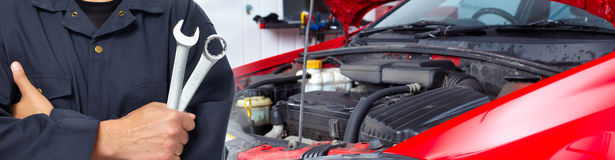 Handen van autowerktuigkundige met moersleutel in garage Royalty-vrije Stock Afbeeldingen