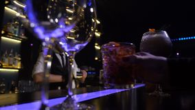 Handen van barklanten die voorbereide cocktails nemen stock footage