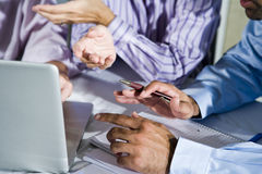 Handen van beambten die aan laptop werken Stock Foto's