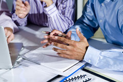 Handen van beambten die aan laptop werken Stock Afbeeldingen