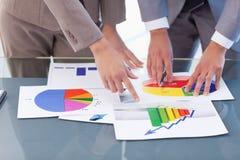 Handen van bedrijfsmensen die statistieken bestuderen royalty-vrije stock afbeeldingen
