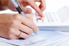 Handen van bedrijfsmensen met calculator. Stock Fotografie