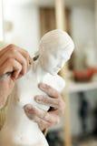 Handen van beeldhouwer met beeldje royalty-vrije stock foto