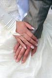 Handen van bruidegom en bruid stock afbeelding