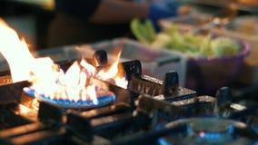Handen van chef-kok die groenten roeren op bakpan Cookopmaak stock videobeelden