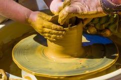 handen van de bekwame hoofdpottenbakker en van kinderen handen, opleiding van het jonge geitje aan productie van aardewerk op een royalty-vrije stock foto's