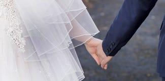 Handen van de bruid en de bruidegom stock foto