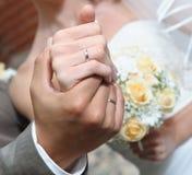 Handen van de bruid en de bruidegom Royalty-vrije Stock Afbeeldingen