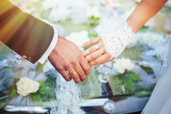 Handen van de bruid en de bruidegom huwelijksboeket  Stock Foto