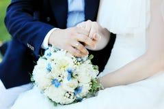 Het boeket en de ringen van het huwelijk Stock Fotografie
