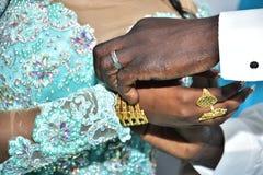 Handen van de bruid en de bruidegom met goud op de vingers bij het festival Hina, Israël 2016 Stock Foto