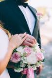 Handen van de bruid en de bruidegom met ringen Royalty-vrije Stock Afbeelding