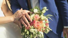 Handen van de bruid en de bruidegom met trouwringen stock video