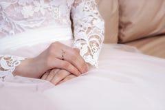 Handen van de bruid in witte en roze huwelijkskleding Royalty-vrije Stock Afbeelding
