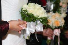 Handen van de bruidegom en de bruid royalty-vrije stock foto