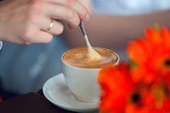Handen van de bruidegom en de bruid De koppen van de koffie op de lijst Royalty-vrije Stock Foto
