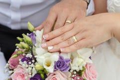 Handen van de het echtpaarholding van het huwelijksconcept de jonge Royalty-vrije Stock Fotografie
