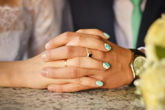 Handen van de jonggehuwden met ringen Stock Afbeelding