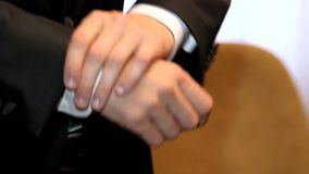 Handen van de knappe mens in zwart kostuum stock footage