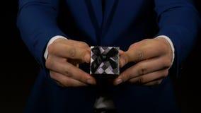 Handen van de mens die kleine giftdoos met verlovingsring houden stock videobeelden