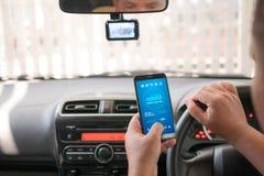 Handen van de mens die mobiele slimme de analyseappiicati gebruiken van het telefoonvoertuig Royalty-vrije Stock Fotografie