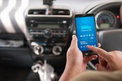 Handen van de mens die mobiele slimme de analyseappiicati gebruiken van het telefoonvoertuig Stock Foto's
