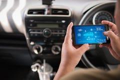 Handen van de mens die mobiele slimme de analyseappiicati gebruiken van het telefoonvoertuig Royalty-vrije Stock Foto