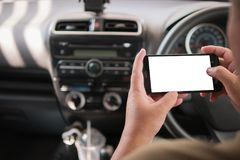 Handen van de mens die mobiele slimme telefoon met leeg wit voor exemplaar met behulp van Stock Afbeeldingen