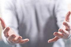Handen van de mens in gebaar van steun stock afbeelding