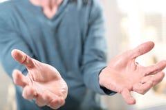 Handen van de mens in gebaar van steun royalty-vrije stock afbeeldingen